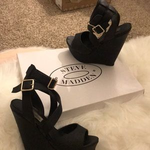 Black Steve Madden wedge! Perfect for any event.